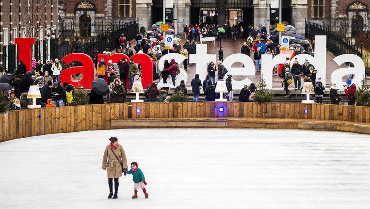 Toeristen bij het IAmsterdam-logo op het Museumplein. Beeld anp