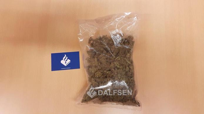 De politie vond een zak drugs ter waarde van 1.000 euro in een auto in Dalfsen.