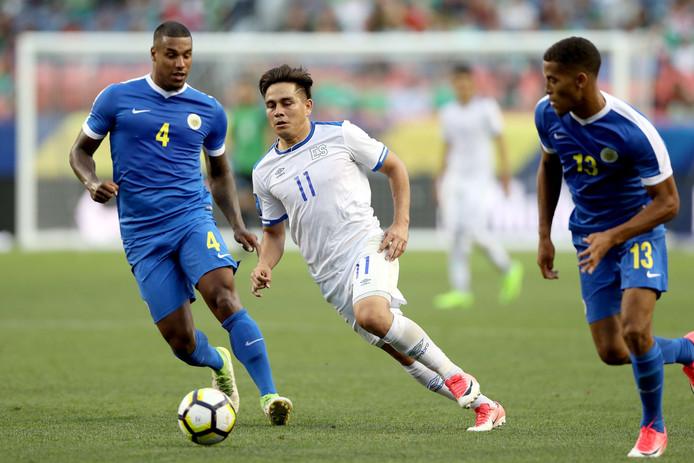 Darryl Lachman (links) van PEC Zwolle had met Curaçao geen kind aan Grenada: 10-0