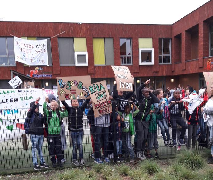 Kinderen tijdens een eerdere actie met protestborden bij basisschool De regenboog in Geldrop.