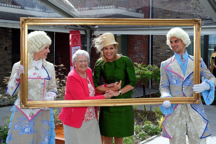 Steenbergen - 20190528 - Pix4Profs/Peter van Trijen. Koningin Maxima bezoekt verpleeghuis Hof van Nassau. Maxima met mevrouw Peeters Iriks op de foto