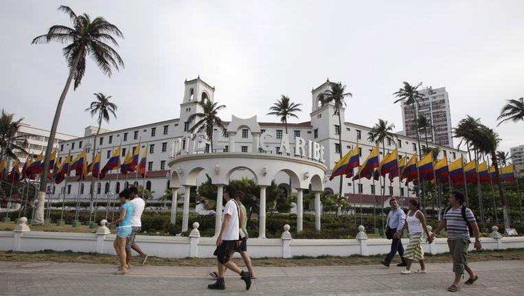 Voorbijgangers bij hotel El Caribe in Cartagena, Colombia, waar medewerkers van de Amerikaanse geheime dienst zich voor aankomst van president Obama zouden hebben misdragen. Beeld ap