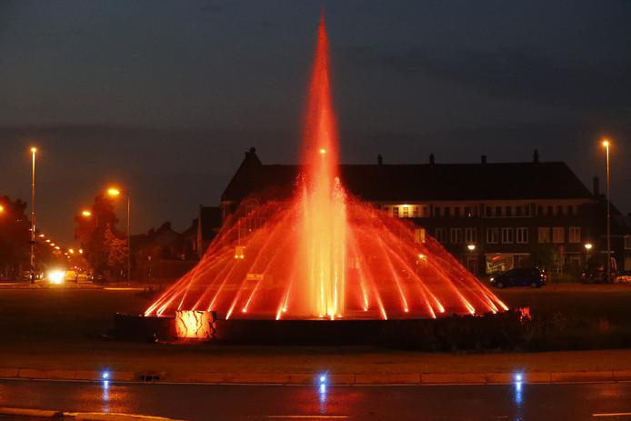 De fontein op het Floraplein kleur oranje.