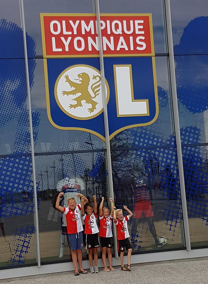 Vier echte Feyenoordfans, Thijs, Kenji, Iris en Lars, op bezoek bij Olympique Lyonnais.