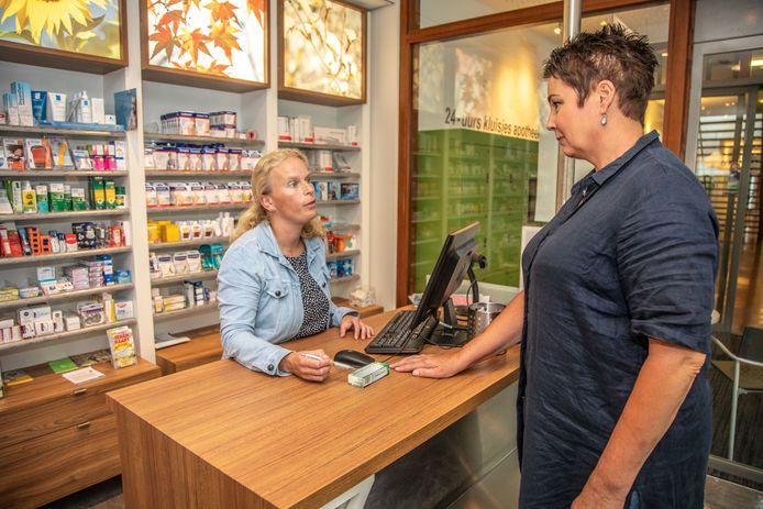 Apotheker Baukje Burm zorgt ervoor dat reumapatiënt Cecilia Britstra haar medicijnen krijgt via het buitenland. In Nederland zijn de medicijnen niet meer verkrijgbaar.