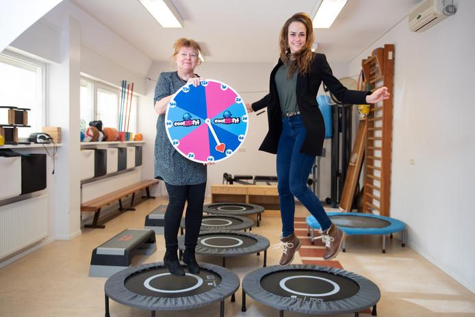 Hoewel ze een luchtsprongetje maken, zijn Monique Reitsema (links) en Silke Groot Rouwen teleurgesteld in het besluit van de gemeente.