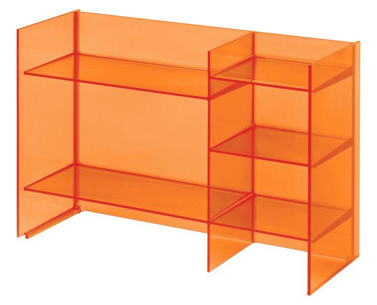 De oranje prijzenkast van Kartell. Beeld .