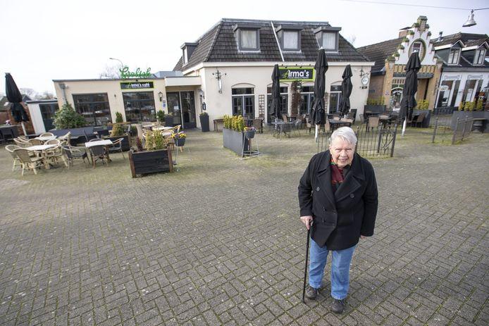 De 85-jarige Gerdien Boonk voor café & restaurant Irma's aan de Grotestraat, waar vroeger café Boonk en een brandstoffenhandel was gevestigd.