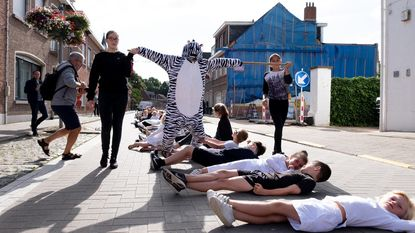 Huveneersschool maakt langste 'levende zebrapad' ter wereld