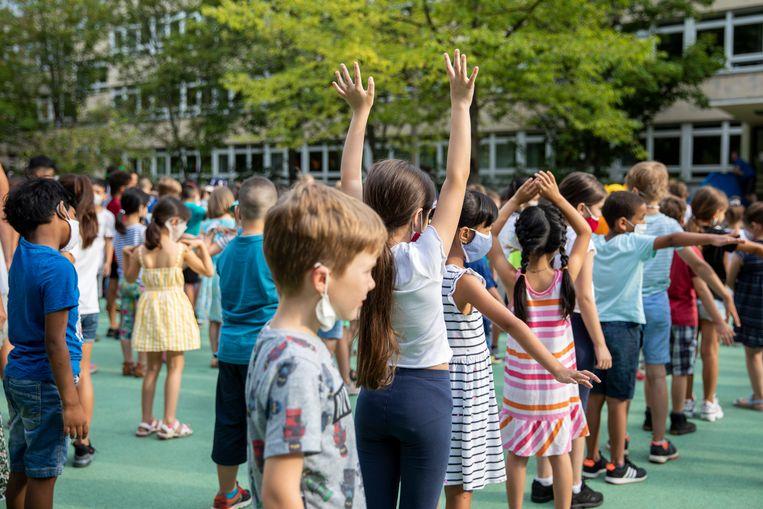 In Duitsland zijn ondertussen al opnieuw scholen geopend, met mondmaskers voor leerlingen. Beeld Getty Images