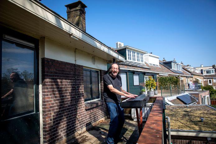 Zanger Wim Kerkhof zorgt voor een vrolijke noot in coronatijd door te zingen vanaf zijn balkon in Vlaardingen.