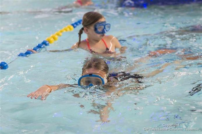 De zwem4daagse in zwembad De Vlaskoel in Tubbergen gingen zo'n 80 kinderen woensdagavond duiken en snorkelen.