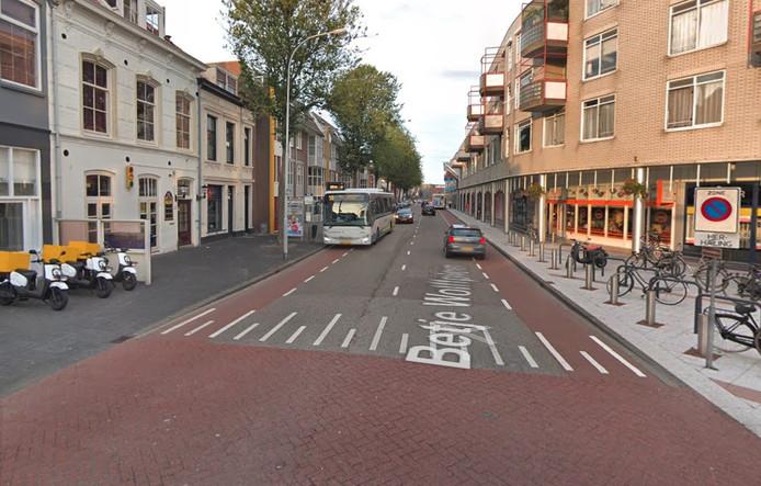 Door de nabijheid van coffeeshop Purple (links) is de Aagje Dekenstraat en omgeving in Vlissingen favoriet jachtterrein van straatdealers.