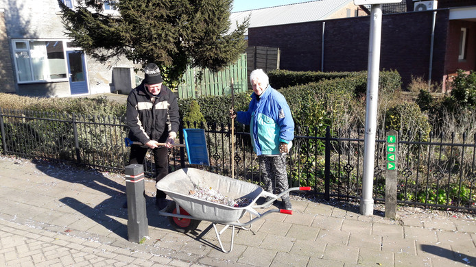 Truus (68) en Harrie (81) van Hulten ruimen in Elshout rommel op na carnaval.