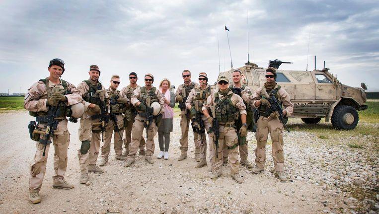 Minister Hennis-Plasschaert poseert met de guardian angels (force protection) tijdens een tweedaags bezoek aan Afghanistan, eind april 2017 Beeld null