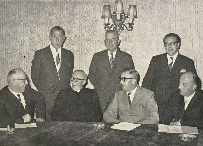 Het bestuur van de Aannemers- en Patroonsbond in 1960. Vlnr Klaas de Bont, Aad de Reus, Pastoor W. van de Wiel (geestelijk adviseur), Wim Muller, Wim van der Pas (voorzitter), B. van der Krabben (secr.) Jan Berghege.