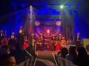 Door de meezingers van 'Meer als Elf' kwam het publiek na de pauze voor de eerste keer van de stoelen.