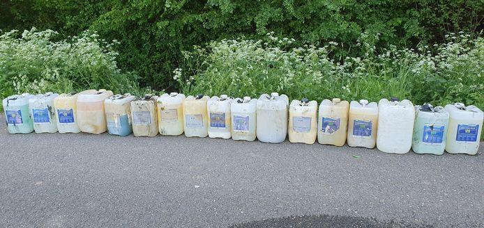 De zeventien vaten die werden aangetroffen in een sloot aan de Brakelsestraat.