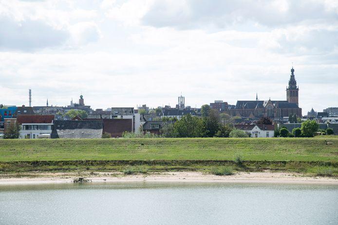 De skyline van Nijmegen vanaf de Spiegelwaal. Verdwijnt dit uitzicht als vanaf 2024 honderden huizen op het Stadseiland verschijnen?