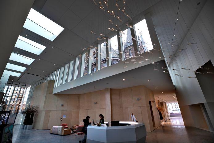 Centrale hal van DomusDela, met de balie van hotel Mariënhage aan de Kanaalstraat in Eindhoven.