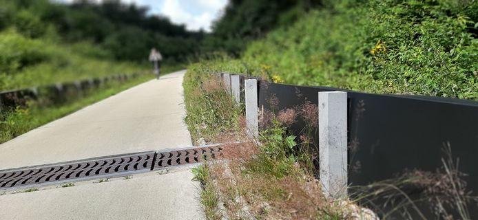 De reptielenschermen langs het fietspad in de spoorkuil in Groesbeek.