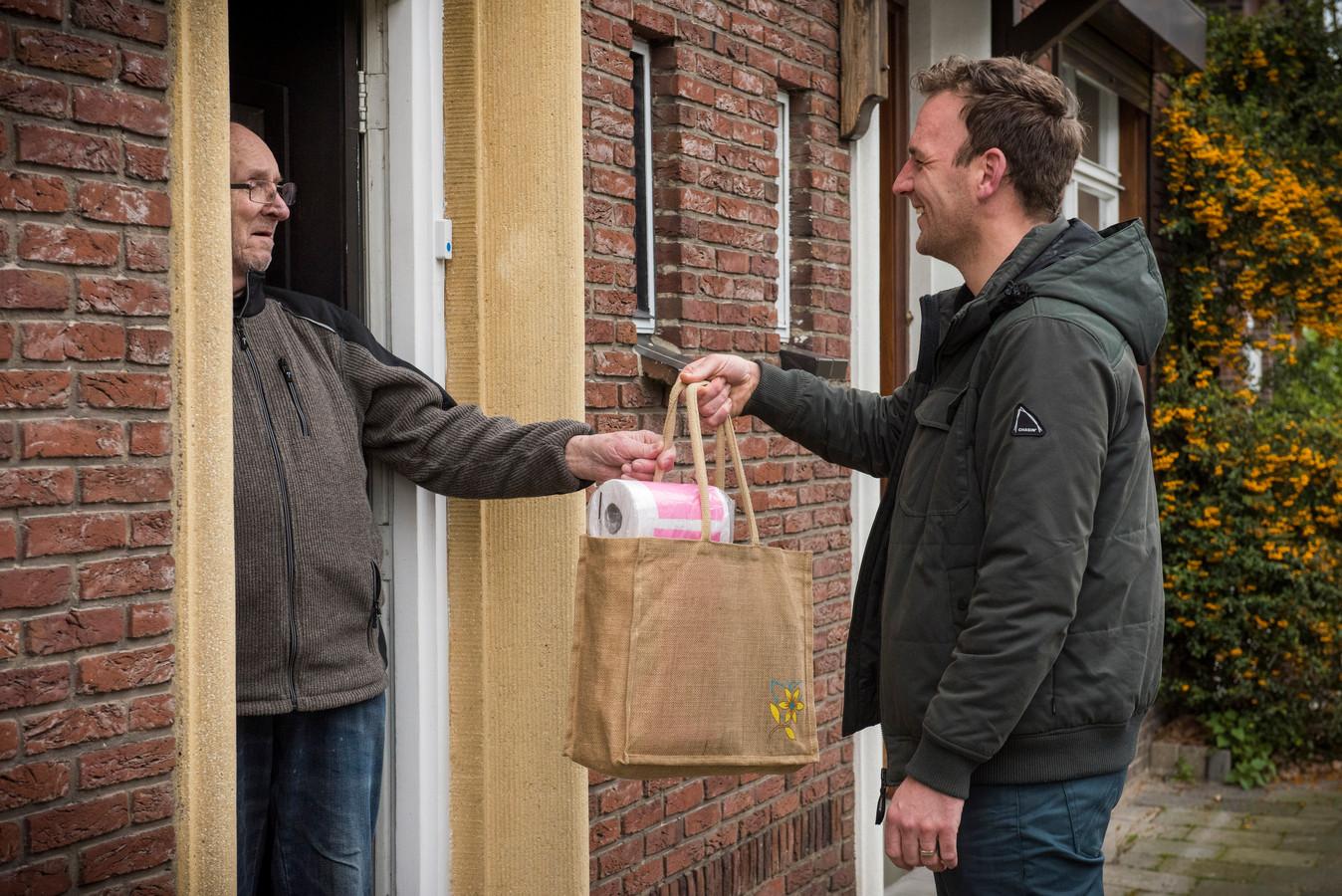 Foto ter illustratie. Veel Buurtpreventie Appgroepen worden ingezet om hulp te vragen en aan te bieden zoals hier in Eindhoven, waar men boodschappen voor elkaar meeneemt.