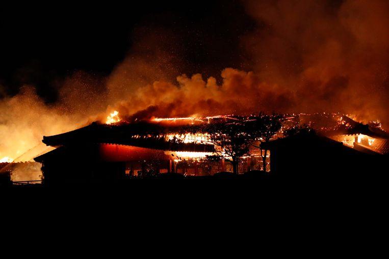 Vlammen slaan uit het dak van het wereldberoemde Shuri-kasteel op het Japanse eiland Okinawa.