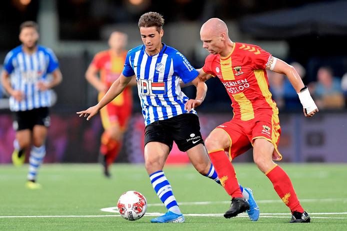 Samy Bourard namens FC Eindhoven in duel met Elmo Lieftink van Go Ahead Eagles