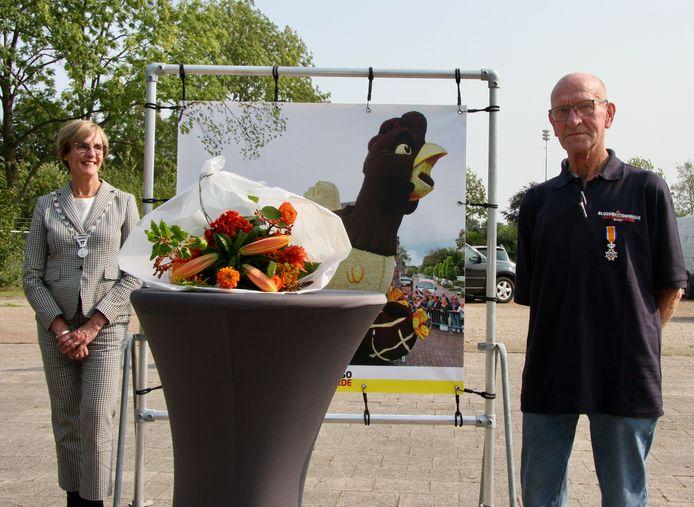 Burgemeester Annette Bronsvooret van Oost Gelre reikte een lintje uit aan Fons te Plate uit Lichtenvoorde.