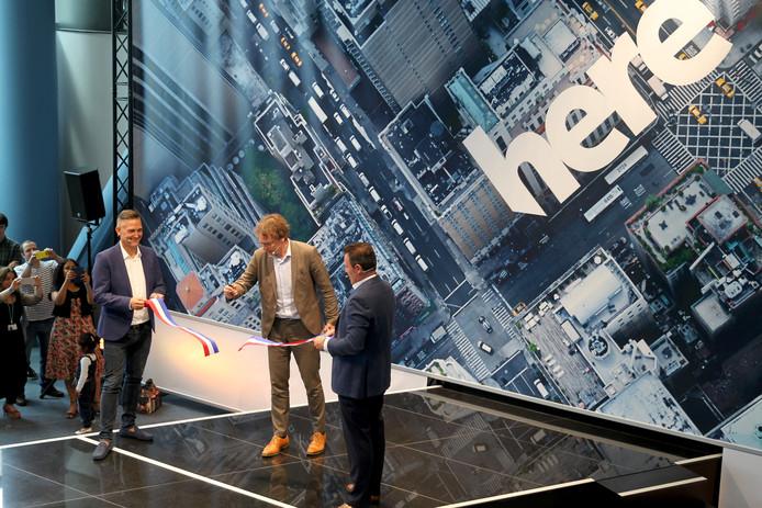 Here-topman Edzard Overbeek (rechts) en manager van de Pas (links) openen samen met wethouder Depla de nieuwe locatie van Here.