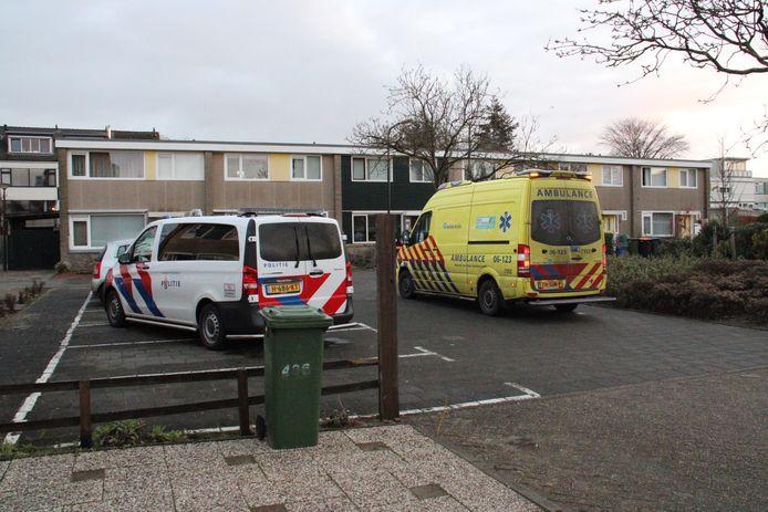 Politie en ambulance aan de Aristotelesstraat in Apeldoorn na de steekpartij van vanochtend.