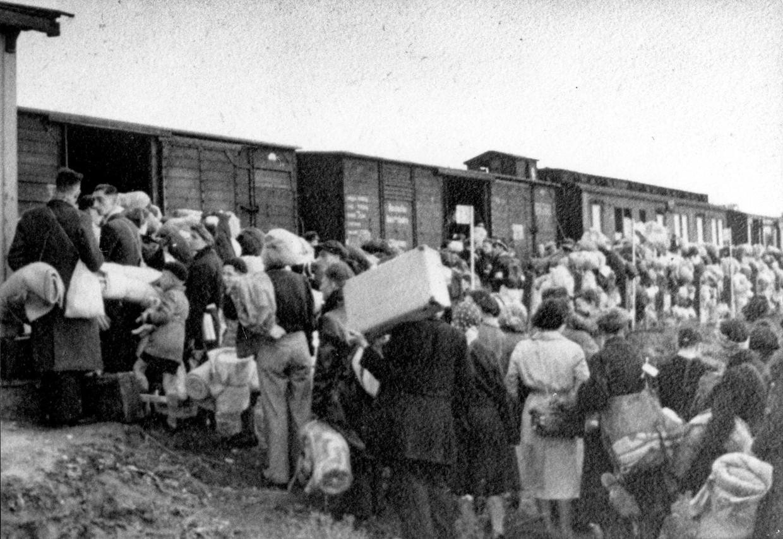 1942, Joodse geïnterneerden uit doorgangskamp Westerbork wachten langs de spoordijk in Hooghalen op deportatie.