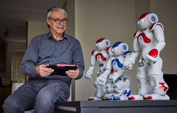 Zora zou het zorgpersoneel een handje moeten helpen, maar de zorgrobot staat vaak niets te doen. Leo van der Graaff ontfermt zich thuis over een aantal.
