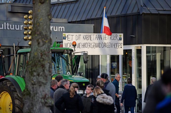 De boeren zijn met hun trekkers aanwezig in Diepenheim.