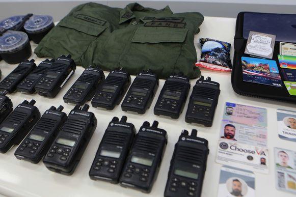 Een foto die door de Venezolaans autoriteiten werd vrijgegeven met daarop identiteitskaarten, communicatie-apparatuur, pinpassen en een legeruniform. (04/05/2020)