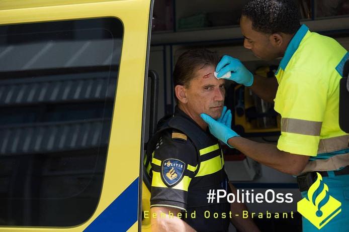 Eén van de agenten raakte gewond aan zijn hoofd, blijkt uit de foto die de politie op Instagram plaatste.