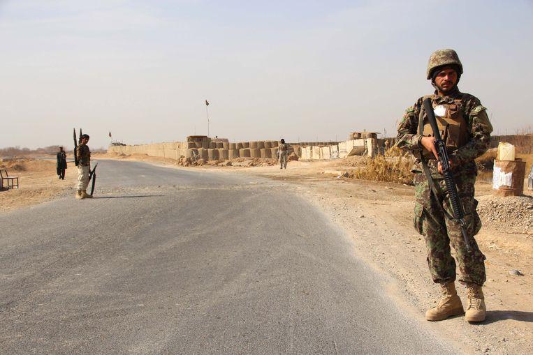 Leden van de Afghaanse veiligheidstroepen aan een checkpoint in Helmand.