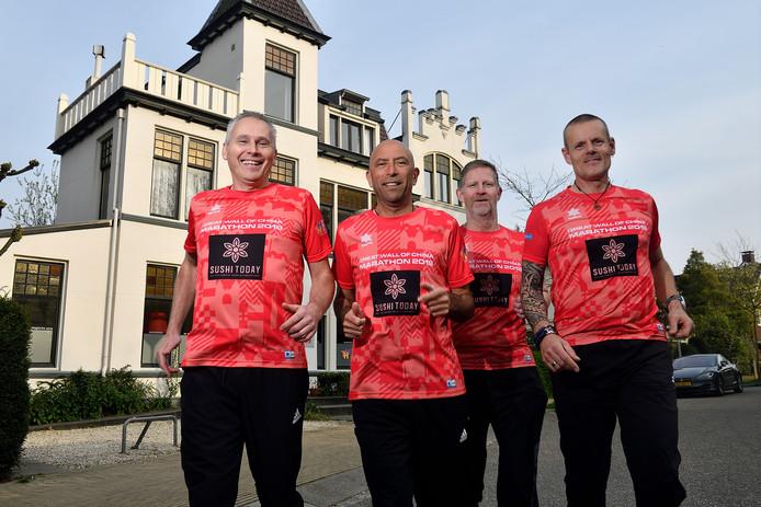 V.l.n.r.: Danny Kok, Rinie Merkenij, Jan Steenbeek en Ron van Burgsteden voor het Toon Hermanshuis in Amersfoort, het goede doel dat zij aan hun marathon verbonden hebben.
