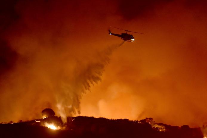Santa Monica Mountains à Newbury Park, Californie, où les feux de broussailles démarrent facilement à cause d'un été fort sec et d'un automne précoce