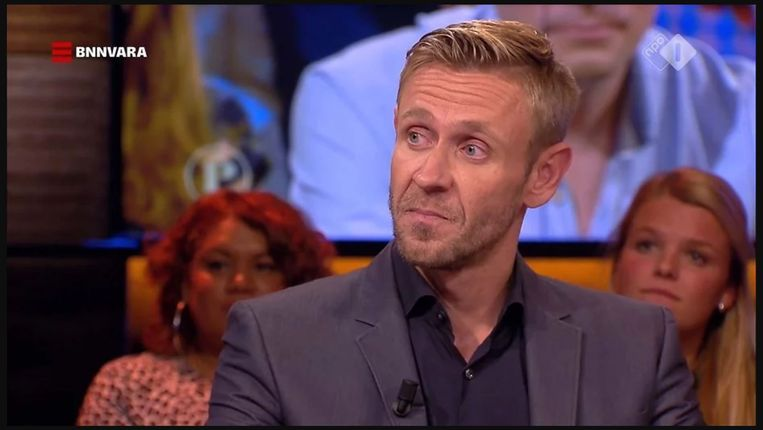 Producent Gijs van Dam vertelt bij Pauw dat Brandt Corstius vrijwillig het bed met hem deelde.  Beeld NPO