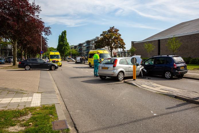 Drie auto's botsen op elkaar in Roosendaal