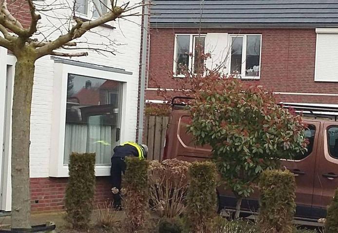 De technische recherche doet onderzoek bij de woning die in de nacht van vrijdag op zaterdag werd beschoten.