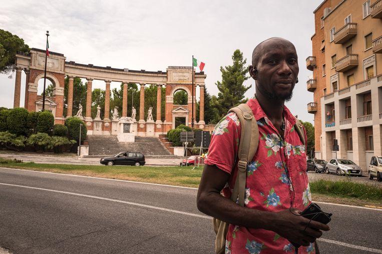 Victor James staat voor het Monument van de Gevallenen, een Mussolini-monument in Macerata, waar Luca Traini zijn fascistische groet maakte. Daarna schoot Luca vanuit zijn auto op willekeurige zwarte passanten. James: 'Na de schietpartij zijn wij banger geworden voor de Italianen.' Beeld Nicola Zolin