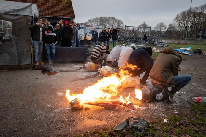Oudejaarsdag in Kampen, een jaar geleden: melkbusschieten bij schaatsvereniging TOG.