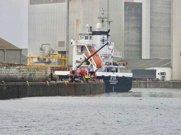 Het ongeval gebeurde langs de Britse Kaai. De wagen kon pas bij daglicht getakeld worden