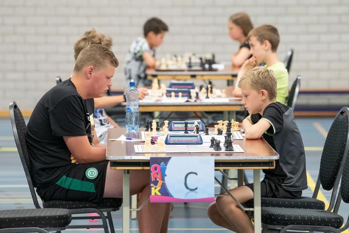 Honderden kinderen doen mee aan het Open Nederlands Jeugdschaak Kampioenschap in sporthal 't Wooldrik.