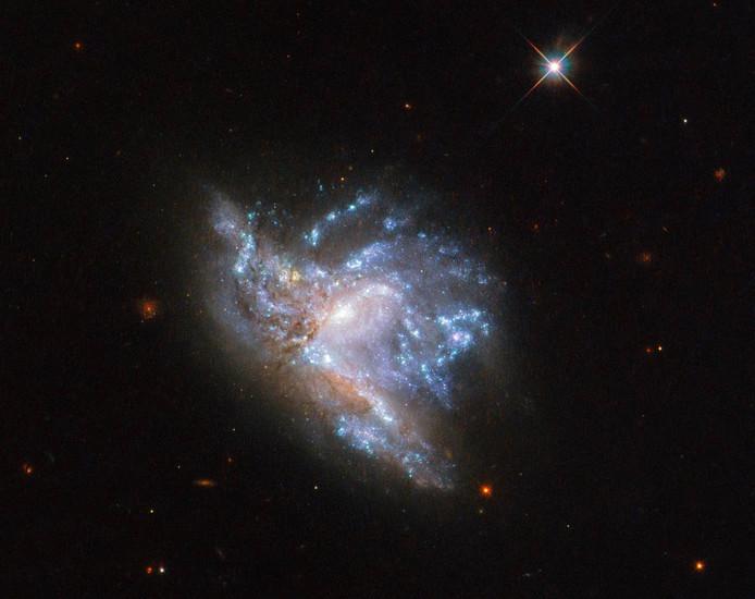 NGC 6052 bestaat feitelijk uit twee sterrenstelsels die met elkaar in botsing zijn.
