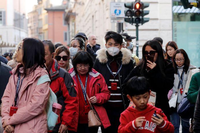 Toeristen dragen mondkapjes in Rome