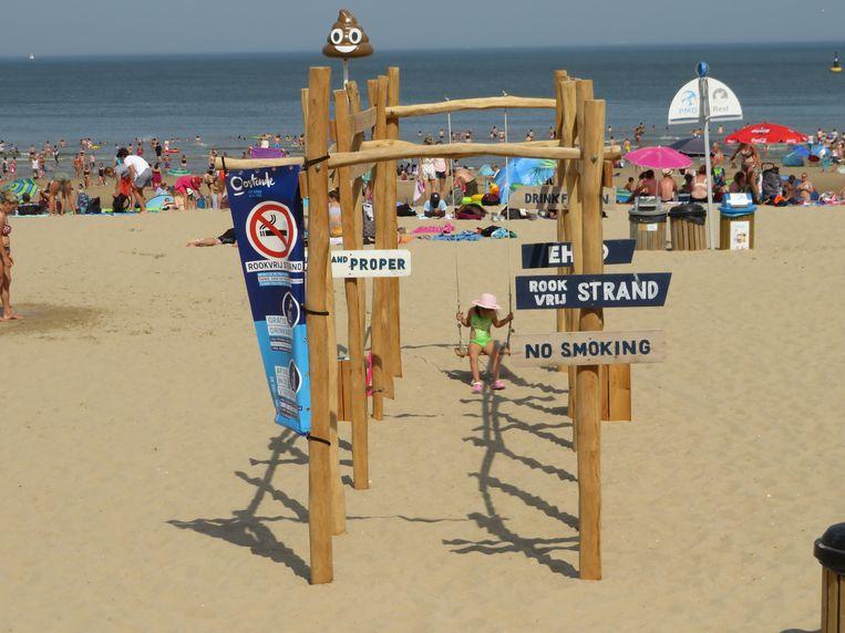 De schommel op het Nieuwe Strand wordt druk gebruikt.
