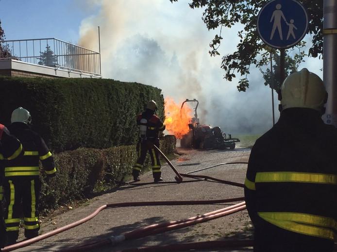 Het apparaat en de haag staan in brand.